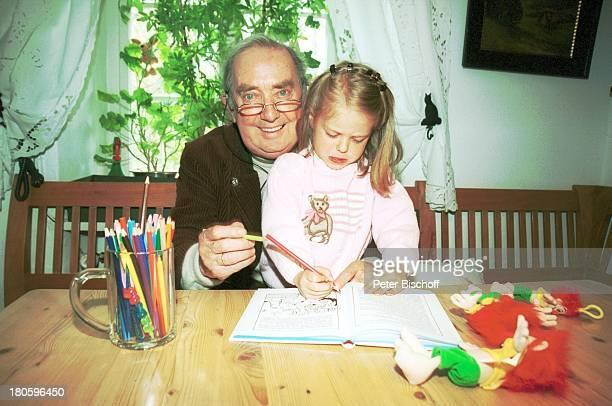 Hans Clarin Enkelin Leonie Clarin Homestory anlaeßlich 40 Jahre Synchronstimme von Pumuckl Aschau/Chiemgau Moserhof Brille zeichnen Buntstifte Kobold...