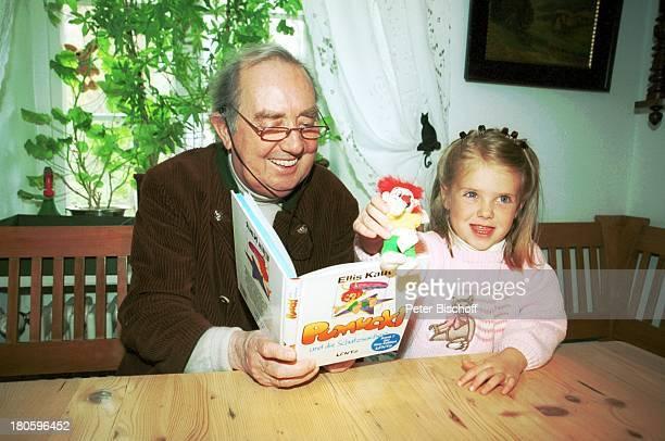 Hans Clarin Enkelin Leonie Clarin Homestory anlaeßlich 40 Jahre Synchronstimme von Pumuckl Aschau/Chiemgau Moserhof Brille vorlesen Buch lesen Kobold...