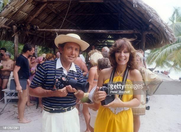 Hans Clarin Heide Keller ZDFReihe Traumschiff Folge 6 Bahamas/Karibik Fotoapparat Hut Schauspieler Schauspielerin Promis Prominente Prominenter HD