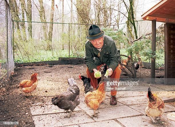 Hans Clarin Homestory Moserhof Aschau am Chiemsee/ BayernTier Hut Huhn Hühner füttern