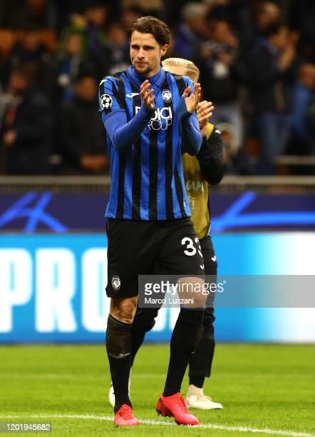 Hans Hateboer of Atalanta salutes the crowd at the end of the UEFA Champions League round of 16 first leg match between Atalanta and Valencia CF at...