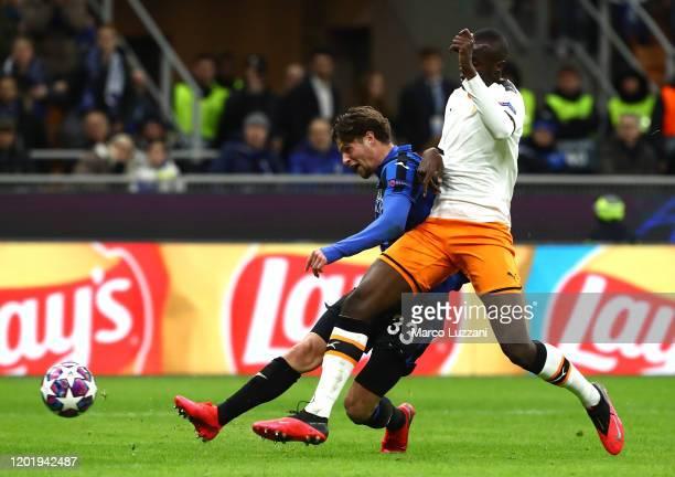 Hans Hateboer of Atalanta scores his second goal during the UEFA Champions League round of 16 first leg match between Atalanta and Valencia CF at San...