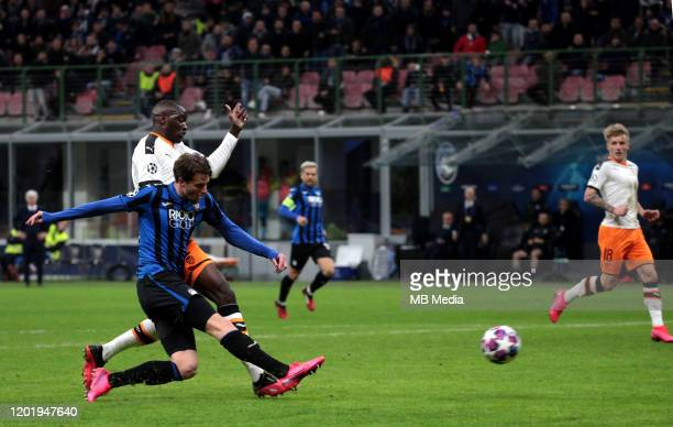 Hans Hateboer of Atalanta scores the 2nd goal of his team during the UEFA Champions League round of 16 first leg match between Atalanta Bc and...