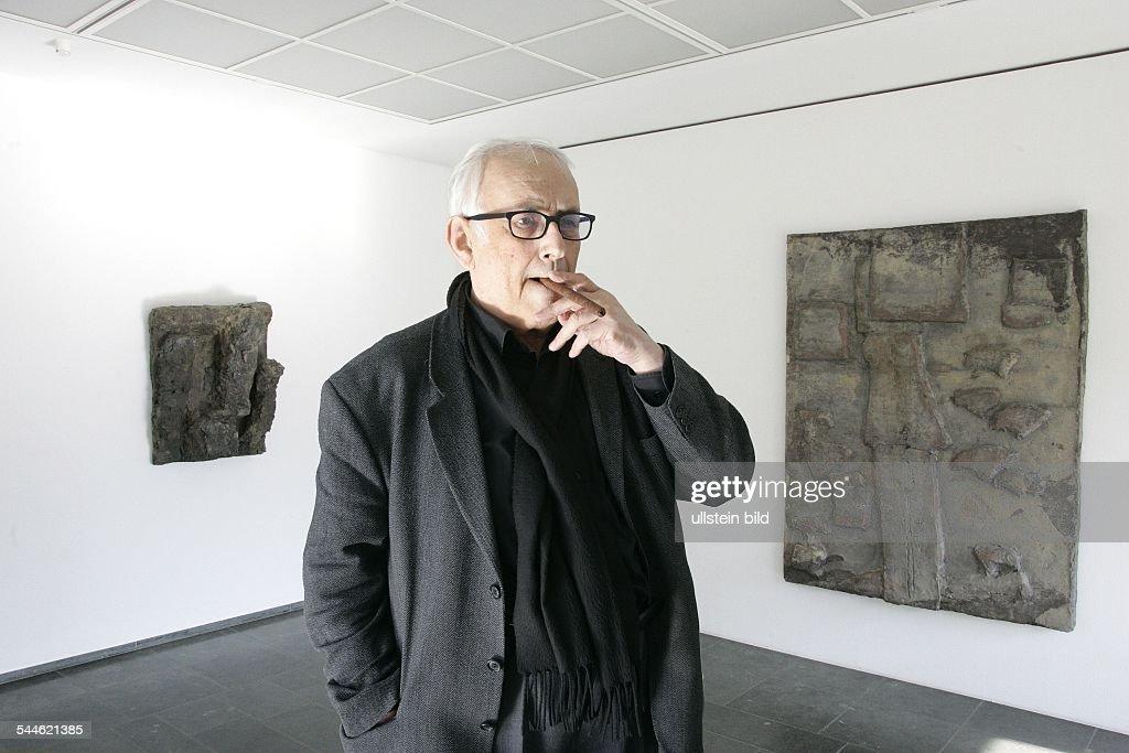 Hans Josephsohn - Kuenstler, Bildhauer, Schweiz - vor seinen Reliefs... News Photo - Getty Images