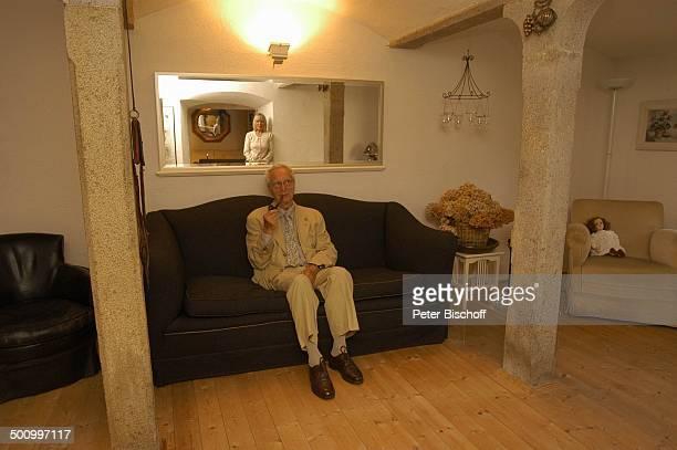 Hans Stetter Ehefrau Monika Lundi Homestory Ferienhaus Hohenau Wohnzimmer Sofa Pfeife Pfeiferauchen rauchen Ehepaar Ehemann Schauspieler...