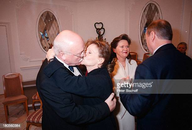 Hans Teuscher Angelica Domröse Ehefrau Helga Bernhard Schaarschmidt Hochzeit Kuss StandesamtKöpenick Berlin Deutschland Europa Hochzeit...