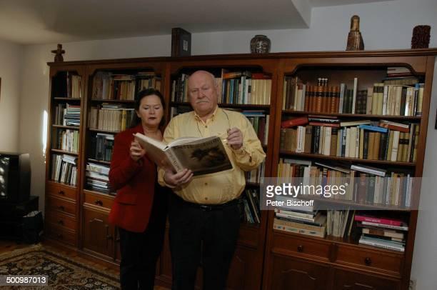 Hans Teuscher, Ehefrau Helga Teuscher, Homestory, Berlin, Deutschland, , P.-Nr. 1690/2005, Wohnzimmer, Bücherschrank, Buch über J o s e f H e g e n b...