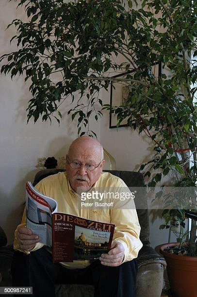 Hans Teuscher Homestory Berlin Deutschland PNr 1690/2005 Wohnzimmer Die Zeit Magazin Zeitläufte lesen Brille Schauspieler Promi NB Foto PBischoff/FTP...