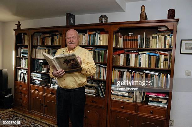 Hans Teuscher Homestory Berlin Deutschland PNr 1690/2005 Wohnzimmer Bücherschrank Buch über J o s e f H e g e n b a r t KunstBuch Brille Schauspieler...
