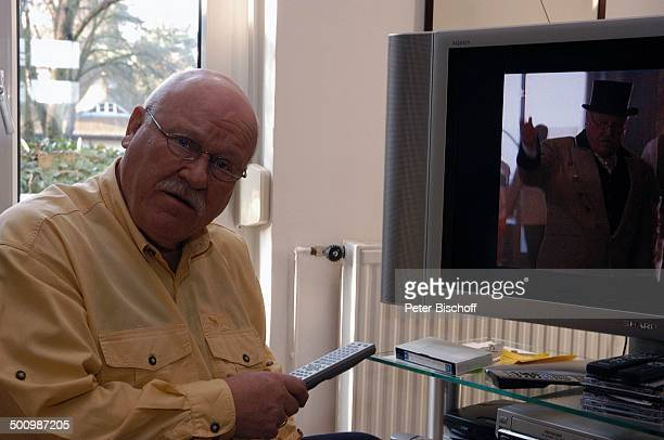 "Hans Teuscher, Homestory, Berlin, Deutschland, , P.-Nr. 1690/2005, Wohnzimmer, LCD-Fernseher: Ausschnitt aus ZDF-H o t e l s e r i e "" F ü n f S t e..."