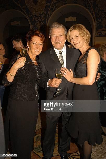 """Hans von Borsody , Ehefrau Karin , Tochter Suzanne von Borsody , Verleihung """"Bayrischer Fernsehpreis"""", München, , """"Prinzregententheater"""", Foyer, Glas..."""