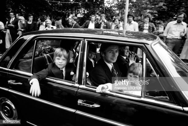 Hans-Adam II, prince héritier du Liechtenstein, et ses enfants arrivant en voiture officielle à une cérémonie le 14 août 1976 à Vaduz, Liechtenstein.