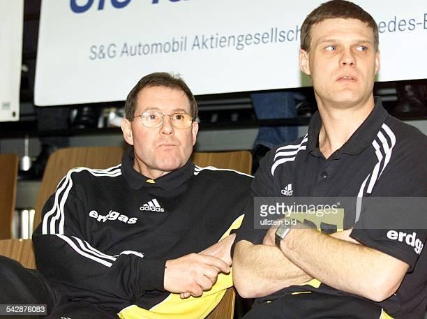 HansDieter Schmitz Trainer des Handballvereins TuSEM Essen sitzt beim Heimspiel gegen den SG Hameln neben seinem CoTrainer Krysztof Szargy