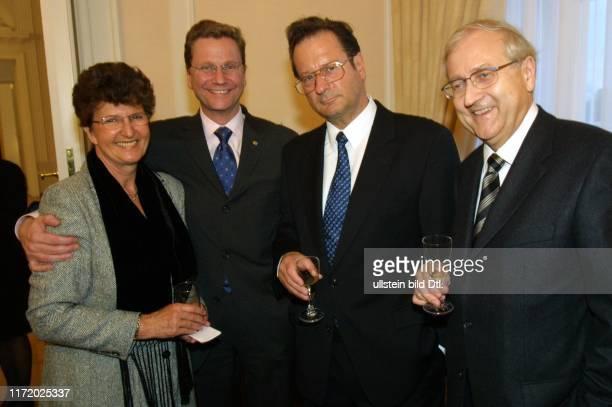 HansDietrich Genscher FDP 75 Geburtstag Feier Empfang im Schloss Bellevue bei Johannes Rau und Frau Christina Frau Kinkel Guido Westerwelle Klaus...