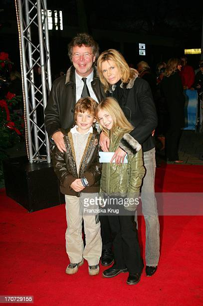 HansJoachim Flebbe Ehefrau Rita Und Kinder Tom Und Farina Bei Der Premiere Von The Polar Express Im Cinemaxx Kino In Hamburg