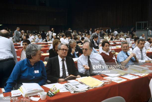 HansJochen Vogel is talking with party members on 21 May 1984 during the SPD party congress in Essen HansJochen Vogel takes over the office of the...