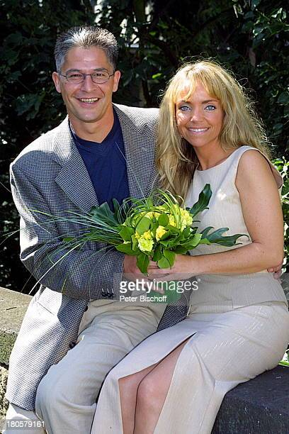 Hansjörg Criens Ehefrau Iris Remmertz nach der Trauung auf dem Standesamt Mönchengladbach standesamtliche Trauung Braut Bräutigam Brautstrauß Ehepaar...