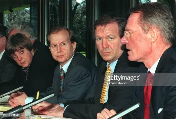 Hans-Olaf Henkel , Präsident des Bundesverbandes der Deutschen Industrie, erläutert am 27.3.1996 auf einer Pressekonferenz im Bonner Kanzleramt die...