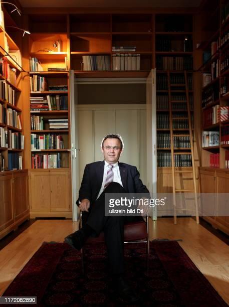 HansPeter Friedrich deutscher Politiker CSU Bundesminister des Innern aufgenommen in seinem Büro im Ministerium bzw in der Bibliothek des Ministeriums
