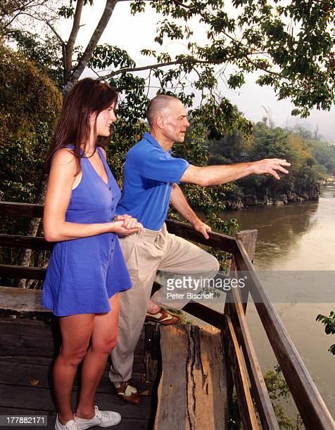 HansPeter Hallwachs Ehefrau Anna Flitterwochen Home Phu ToeyHotel Kanchanaburi Thailand Asien Urlaub HolzTerasse Landschaft Fluß Schauspieler PH/ SI