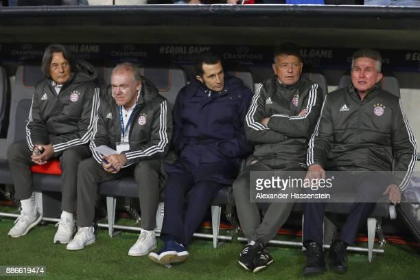 HansWilhelm MuellerWohlfahrt Team doctor of FC Bayern looks on with assistent coach Hermann Gerland Hasan Salihamidzic sporting director of FC Bayern...