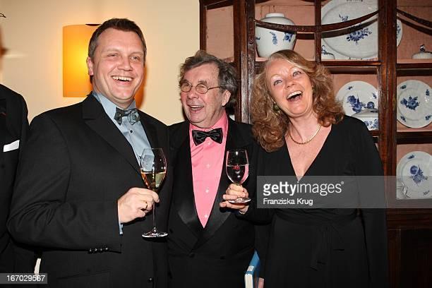 """Hape Kerkeling Mit Hellmuth Karasek Und Ehefrau Armgard Bei Der Verleihung Des """"Champagnepreis Für Lebensfreude"""" Im Hotel Louis. C. Jacob In Hamburg ."""
