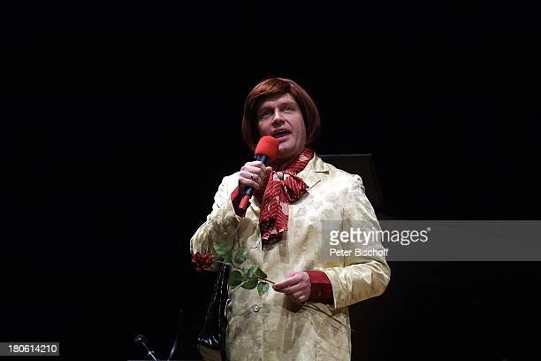 Hape Kerkeling Wieder auf TourTournee Bremen Glocke Bühne Auftritt Mikrofon Mikrophon Kostüm kostümiert verkleidet als Frau Rose Blume
