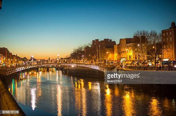 ha'penny bridge dublin at dusk over the river liffey, dublin, ireland. - dublin república da irlanda - fotografias e filmes do acervo