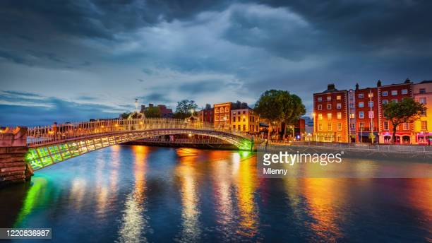 ha'penny bridge dublino drammatico temporale panorama irlanda - dublino irlanda foto e immagini stock