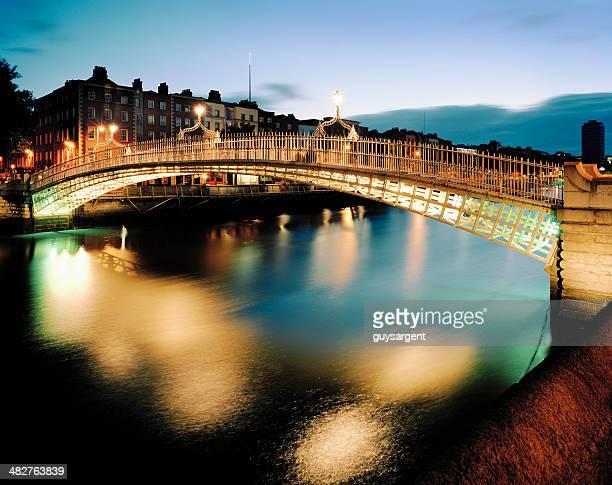 ponte ha'penny, dublino - dublino irlanda foto e immagini stock