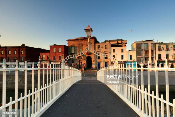 ha'penny bridge, dublin - dublino irlanda foto e immagini stock