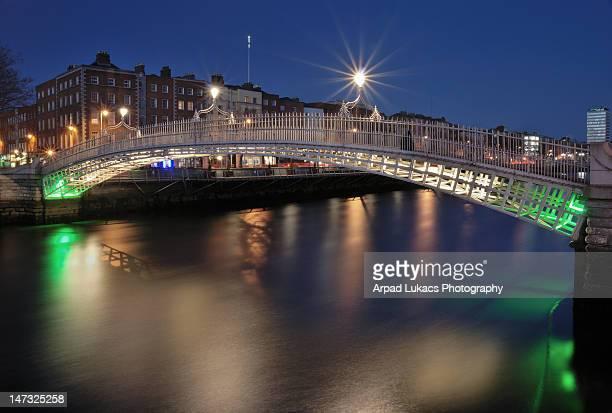 ha'penny bridge, dublin, republic of ireland - dublin republic of ireland stock pictures, royalty-free photos & images