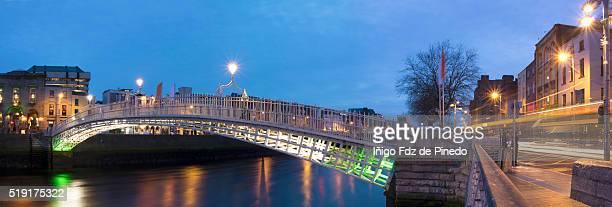 ha'penny bridge panoramic - dublin -republic of  ireland - dublin republic of ireland stock pictures, royalty-free photos & images