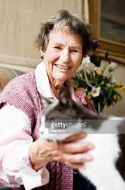 Fröhlich Lächeln alte Frau mit Ihrem Haustier Katze