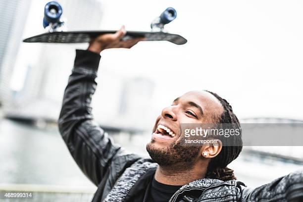 Fröhlich afrikanische Mann mit den Rochen Spaß haben