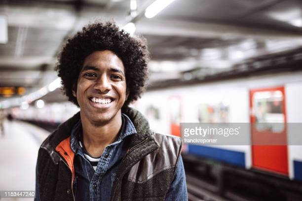 地下鉄で幸せコミューター - 地下鉄のプラットホーム ストックフォトと画像