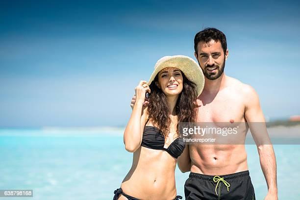 Heureux couple au bord de mer