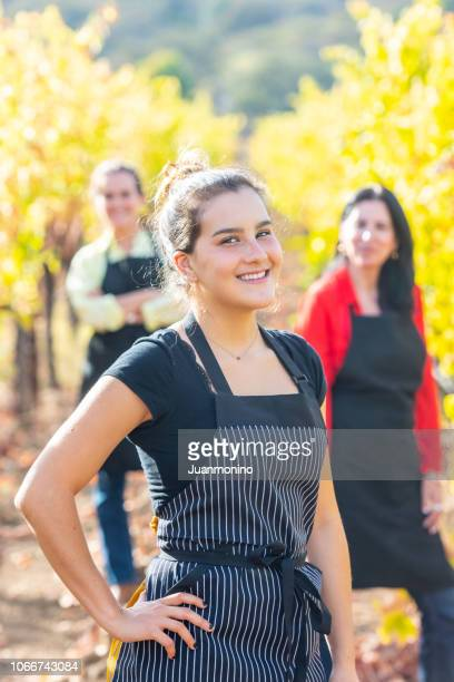 happiness in the vineyard - occupazione agricola foto e immagini stock