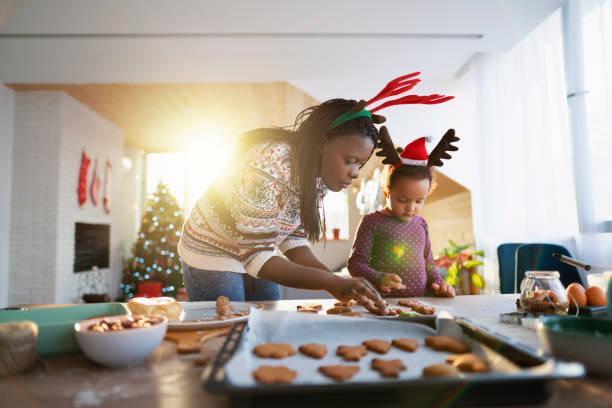 幸福是..。和我媽一起做飯 - 焗 預備食物 個照片及圖片檔