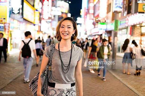 幸福日本の女性、東京の夜をお楽しみください。