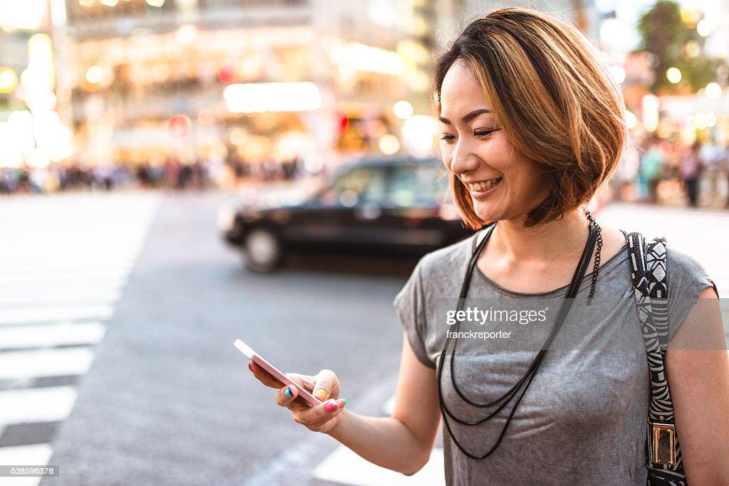 幸福日本の女性、東京の夜をお楽しみください。 : ストックフォト