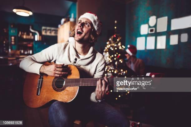 glück-mann, die gitarre zu spielen, zu weihnachten zu hause - singen stock-fotos und bilder