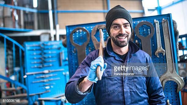 Glück Mechaniker in einer Garage