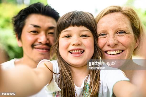 幸福異人種のセルフィー日本の家族