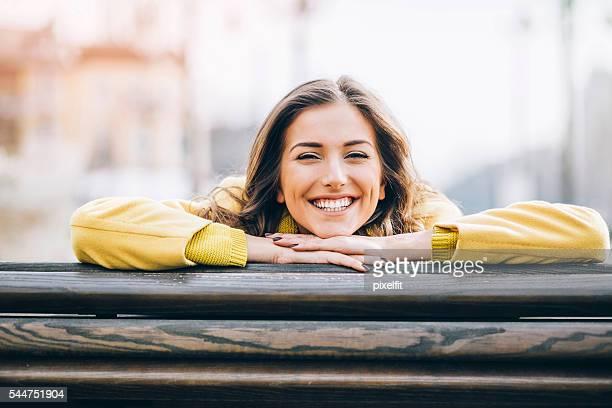 glücklichsein  - weiblichkeit stock-fotos und bilder