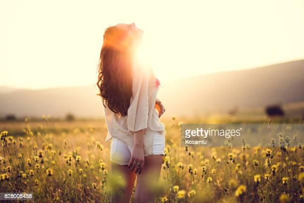 bonheur  - femme brune de dos photos et images de collection