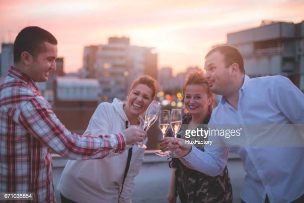 felicidad con amigos - felicitar fotografías e imágenes de stock
