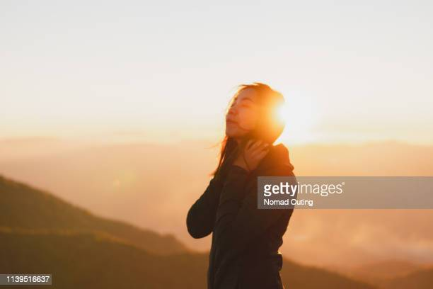 happiness woman eye closed and smiling with sunset.enjoy life on vacation. - contraluz - fotografias e filmes do acervo
