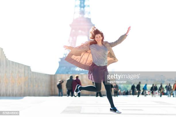 Glück Frau springen vor dem Eiffelturm