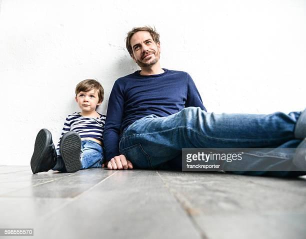 Fröhlich junger Vater mit seinem Sohn Spaß haben